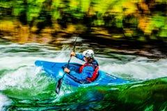 Kayak di Whitewater sul fiume di Kaituna fotografia stock libera da diritti