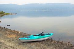 Kayak em uma praia do lago na terra de acampamento Foto de Stock
