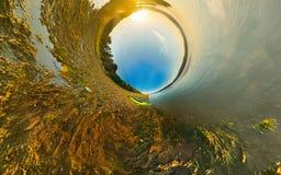 Kayak en el panorama estereográfico de la costa del río, poco planeta Fotografía de archivo libre de regalías