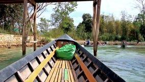 Kayak en la cala de Thein del mesón, lago Inle, Myanmar almacen de metraje de vídeo