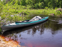 Kayak en la superficie del río cerca de la orilla Foto de archivo libre de regalías