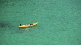 Kayak en las ondas cerca de la playa n una ciudad provincial Oporto Cristo Mallorca almacen de video