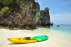 Kayak en plage Photos libres de droits