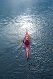 Kayak fahren auf dem Fluss in der Stadt nahe dem Ufer 09 stockbilder