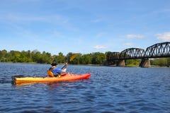 Kayak fahren auf dem Fluss in Fredericton Stockbild