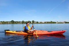Kayak fahren auf dem Fluss in Fredericton Stockfotografie