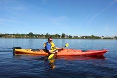 Kayak fahren auf dem Fluss in Fredericton Lizenzfreie Stockfotografie