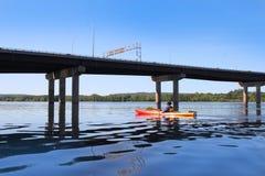 Kayak fahren auf dem Fluss in Fredericton Stockfotos