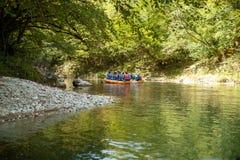 Kayak fahren auf dem Fluss Gruppe von Personen in einem Bootssegeln entlang dem Fluss Ruderer mit Rudern in einem Kanu Flößen auf lizenzfreies stockbild