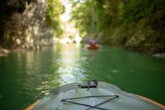 Kayak fahren auf dem Fluss Gruppe von Personen in einem Bootssegeln entlang dem Fluss Ruderer mit Rudern in einem Kanu Flößen auf stockbilder