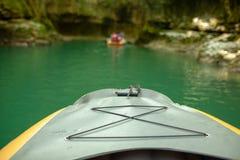 Kayak fahren auf dem Fluss Gruppe von Personen in einem Bootssegeln entlang dem Fluss Ruderer mit Rudern in einem Kanu Flößen auf stockbild