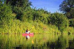 Kayak fahren auf dem See Lizenzfreie Stockfotos