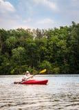 Kayak fahren auf dem See Lizenzfreies Stockbild