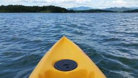 Kayak fahren auf dem See Lizenzfreie Stockbilder