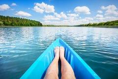 Kayak fahren auf dem See Stockfotografie