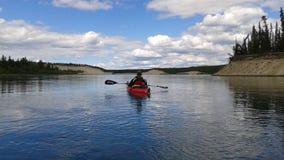 Kayak fahren auf dem Yukon Stockfotografie