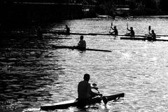 Kayak fahren auf einem Sommermorgen lizenzfreie stockfotos