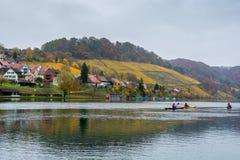Kayak fahren auf Fluss Rhein bei Eglisau in der Schweiz Lizenzfreies Stockfoto