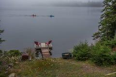 Kayak fahren auf Oberem See silbernes nahe schlafen der kleinen Insel am riesigen provinziellen Park Ontario Kanada lizenzfreie stockbilder