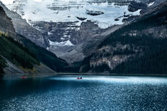 Kayak fahren bei Lake Louise Stockfoto