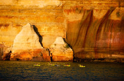 Kayak fahren, dargestellter Felsen-Staatsangehöriger Lakeshore, Michigan Lizenzfreie Stockfotos