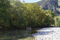 Kayak fahren in dem voidomatis Fluss Lizenzfreies Stockfoto