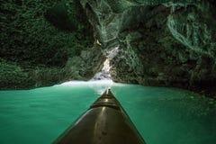 Kayak fahren in der Höhle lizenzfreie stockfotografie