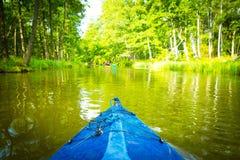 Kayak fahren durch wilden Fluss in Polen (Omulew-Fluss) Lizenzfreies Stockfoto