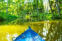 Kayak fahren durch wilden Fluss in Polen (Omulew-Fluss) Lizenzfreies Stockbild