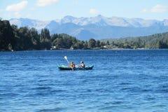 Kayak fahren in einem See lizenzfreie stockbilder