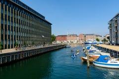 Kayak fahren in einem Wasserkanal in Kopenhagen lizenzfreies stockbild