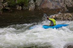 Kayak fahren hinunter die Stromschnellen lizenzfreie stockfotos
