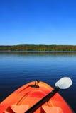 Kayak fahren im frühen Fall Stockbilder