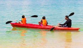 Kayak fahren im Meer stockfotografie