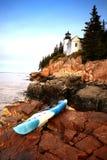 Kayak fahren im Nationalpark des Acadia in Maine nahe bei einem Leuchtturm Lizenzfreie Stockfotos