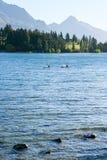 Kayak fahren im See Wakatipu am frühen Morgen Lizenzfreie Stockbilder