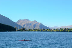 Kayak fahren im See Wakatipu am frühen Morgen Stockbild
