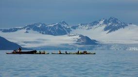 Kayak fahren nahe am 14. Juli Gletscher in Svalbard Lizenzfreies Stockbild