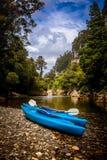 Kayak fahren in Nationalpark Paparoa stockfotos