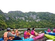 Kayak fahren in Thailand lizenzfreies stockbild