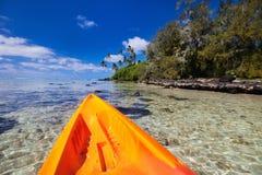 Kayak fahren in tropischem Ozean Stockfotografie