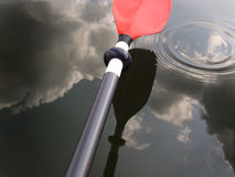 Kayak fahren vor Blitz Lizenzfreie Stockfotos