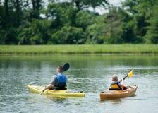 Kayak fahrende Familie Lizenzfreies Stockfoto