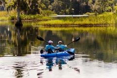Kayak fahrende Florida-Wasserstraßen Stockfoto
