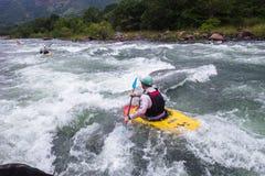 Kayak fahrende Fluss-Aktion Lizenzfreies Stockbild