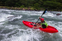 Kayak fahrende Fluss-Aktion Stockbild