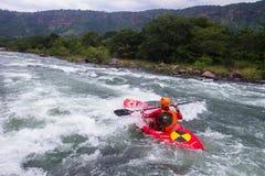 Kayak fahrende Fluss-Aktion Lizenzfreie Stockbilder