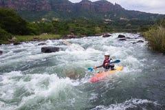 Kayak fahrende Fluss-Aktion Lizenzfreie Stockfotografie