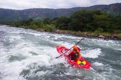 Kayak fahrende Fluss-Aktion Lizenzfreies Stockfoto