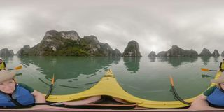 Kayak fahrende lange Bucht Vietnam ha stockfoto